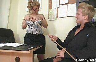 ग्लैमरस महिला एक दोस्त को आमंत्रित करती सनी लियोन सेक्सी न्यू मूवी है और अपने प्रेमी के साथ पूछती है